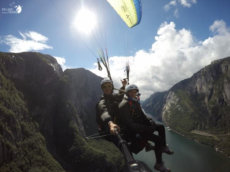 Nicolas et Marine en vol au-dessus des fjords